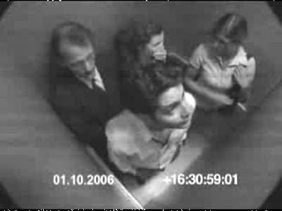 Сумасшедшая девушка в лифте