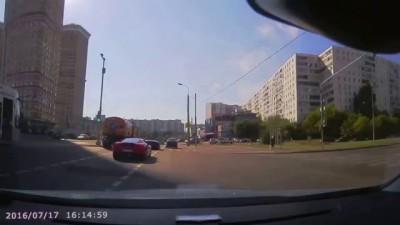 Водитель Ferrari пнул перебегавшего дорогу пенсионера