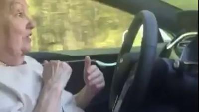 Бабуля за рулем Теслы