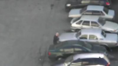 Мужик крушит автомобили во дворе