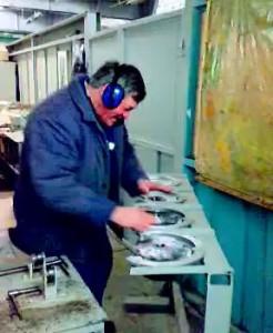 Энергичный дедушка на трансформаторном заводе