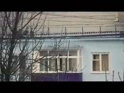 Бабушка сама чинит крышу