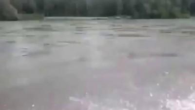 Грузовик едет по реке Жесть! Крутое видео 2014