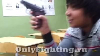 Ученик на уроке с пистолетом