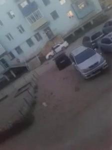 Бьет машину топором во дворе