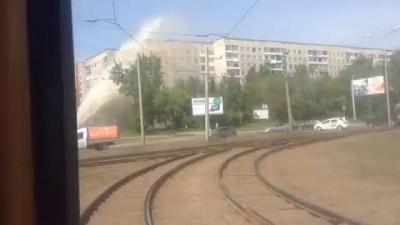 Прорыв трубы в Барнауле — фонтан выбил стекла на 9 этаже