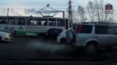 Трамвай освобождает перекресток...