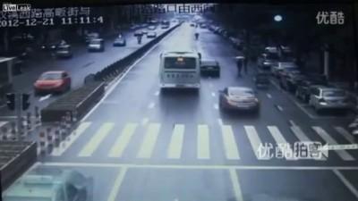 Китай . Пешеход решил срезать угол .