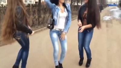Девушки милашечки танцуют.