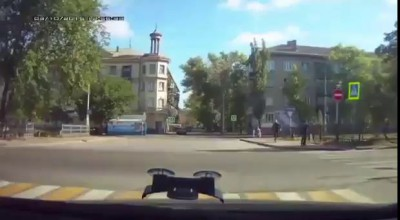 Водитель сбил старушку, попытался ее запихнуть в авто, но бросил на дороге