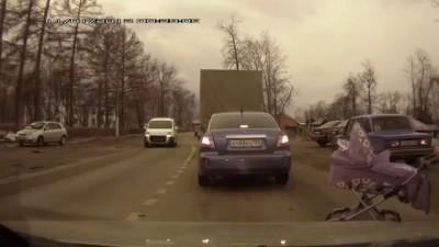 мамаша переходит дорогу