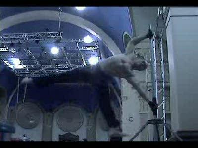 очень сильный гимнаст