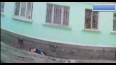 Девушка упала из окна.