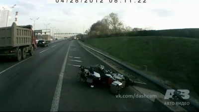 О*уеть как повезло мотоциклисту!!