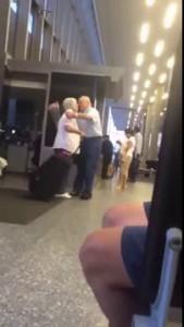 Очень романтично - дедушка ждет свою жену в аэропорту очень эмоциональный момент! Very romantic