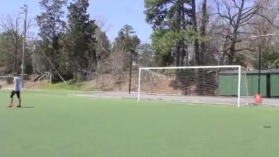 Трюки девушки с футбольным мячом