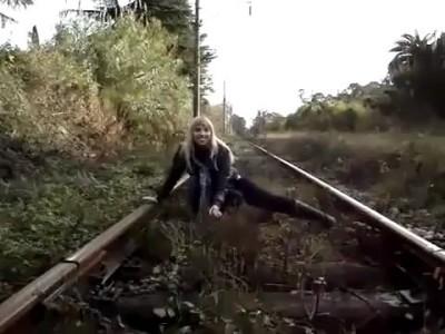 Напугал девушку