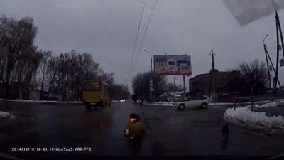 Лежачий пешеход на пешеходном переходе