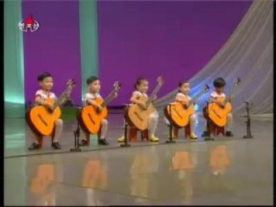 Дети играют на гитарах
