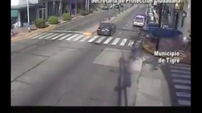 Катер , чуть не сбил пешехода на тротуаре .