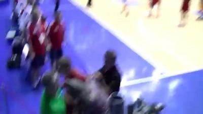 Баскетбольную сборную России забросали украинскими конфетами