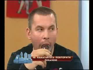 Ведущий засунул лампочку в рот