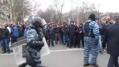 """Люди встречают """"Беркут"""". Донецк 23.02.2014"""