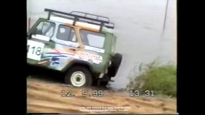 Вездеход амфибия ТТМ 2902 вытаскивает УАЗЫ 469 из Гребного канала на внедорожных гонках в Нижнем Нов