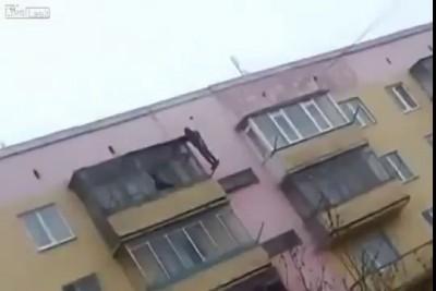 Наркоман прыгает с балкона