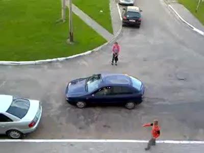 Очередная попытка женщины припарковать машину