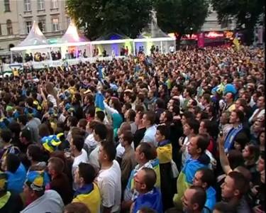 Fans sing Ukrainian anthem | Національний гімн, 11.06.12