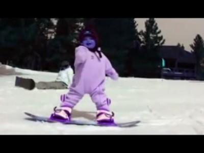 годовалый ребенок на сноуборде