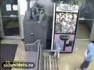 Ребенок залез в игровой автомат