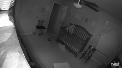 Ребёнок балансирует на кровати
