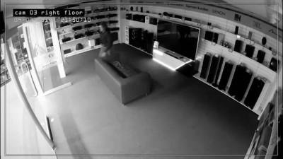 Мужчина заснул в магазине электроники