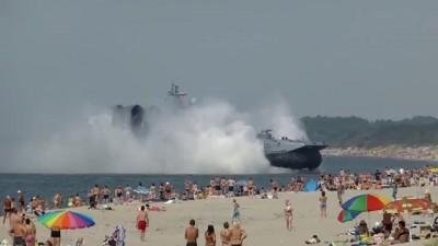 """Десантный корабль """"Зубр"""" выплыл на пляж"""