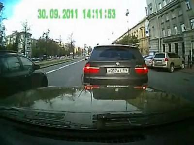 """Блондинка на BMW X5 совершила """"автоподставу"""""""