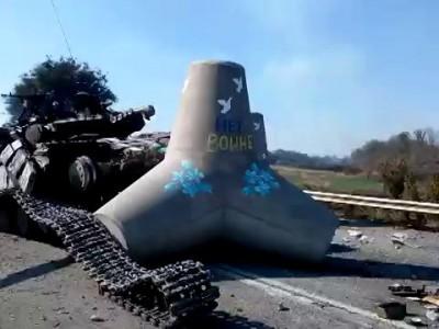 Мариуполь 05.09.14 разбитый танк на блокпосту на трассе Новоазовск. его двигатель работает.