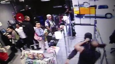 Парень украл из магазина бутылку ...администратор магазина воспитал парня .