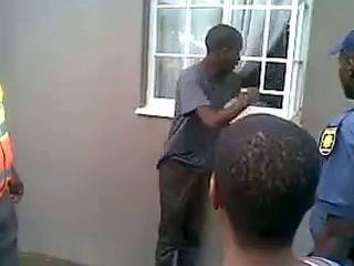 Африканец показывает, как он попал в бар