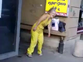 Бабушка отжигает у дискотеки