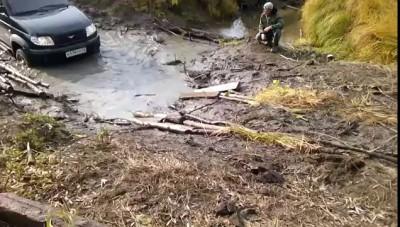 УАЗ Патриот переезд через ручеек (2).UAZ Patriot crossing a stream (2).