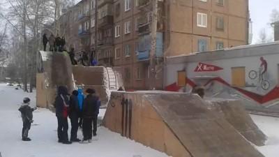 Дети катаются в BMX парке на ледянках.Юные экстремалы.