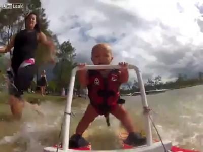 Малыш на водных лыжах