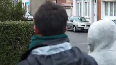 CALAIS : UN HOMME BRANDIT UN FUSIL CONTRE LA MANIFESTATION PRO-MIGRANTS