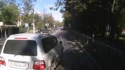 Внедорожник не пропустил мотоцикл