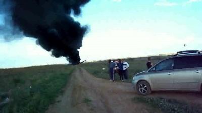 АН-2 горит на проселочной дороге