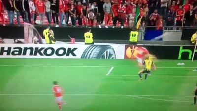 [Benfica-Fenerbahce] Gökhan gets kicked !