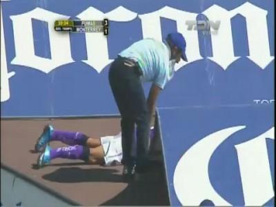 Golpazo se da Nery Cardozo en Pumas vs Monterrey J4 C2011 México