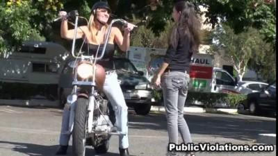 Девушка байкерша и ее красивая грудь